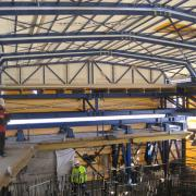 To ensure high-quality concrete placement even at extremely low temperatures, Doka enclosed all seven platform levels inside a robust scaffolding tarpaulin and built a roof consisting of seven sections.