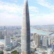 Set to top out at 555 m, the Lotte World Tower will be the tallest building in the Far East. As well as SKE climbing formwork for the core and columns, Doka will also be supplying a 'foldable' Protection screen Xclimb 60.