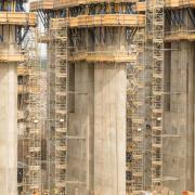 One of six separating walls on the spillway with custom climbing formwork D22 and the Load-bearing tower Staxo 100. Photo: Doka
