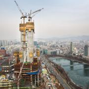 On completion, the 555 m Lotte World Tower will be the tallest building in East Asia. The structure core is being raised by Automatic climbing formwork SKE100, climbing ahead of other casting operations, while SKE50 plus has been fielded for the eight mega-columns.