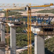 For construction of the bridges spanning 555 m and 365 m in length, Doka developed a formwork solution consisting of Cantilever forming travellers that save time and resources thanks to extended pouring sections.