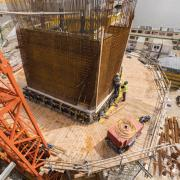 To connect the outer formwork and to withstand its high concrete pressure, the Competence Center Fair-Faced Concrete team developed a special angled waler capable of accommodating the variations in wall inclinations. Photo: Doka