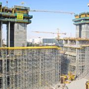 At the Shemoukh Twin Towers project, erection times of less than 20 minutes for the Staxo 40 towers, each 7.75 metres high, are being achieved on site by a three-man crew.