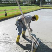 Simple & smart: Once the concrete has been screeded, slab sensors are inserted and start measuring automatically. Copyright: Doka