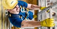 Arbeiter mit Helm auf Aufstieg